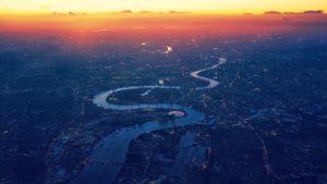 夕焼けの川